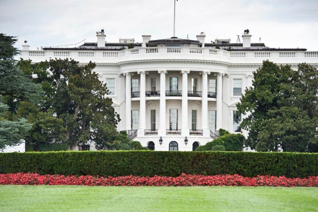 Photo of the White House from the south lawn.